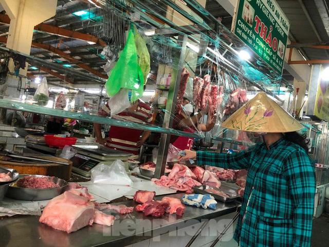 Chợ dân sinh tại TP HCM vắng khách, nhiều mặt hàng giá cao - Ảnh 9.