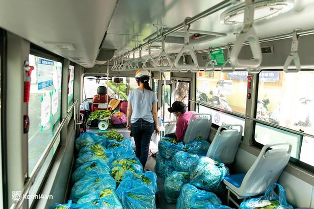 Ảnh, clip: Những chiếc xe buýt chở đầy rau củ với giá bình ổn cho người dân Sài Gòn những ngày giãn cách xã hội - Ảnh 11.