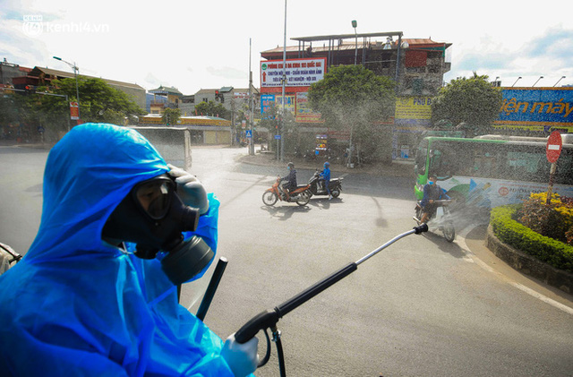 Hà Nội: Bộ tư lệnh Thủ đô dùng xe chuyên dụng, phun khử khuẩn toàn bộ thị trấn Quốc Oai - Ảnh 10.