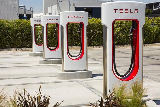 Tesla mở trạm sạc Supercharger cho hãng xe khác, VinFast có được hưởng lợi? - Ảnh 1.