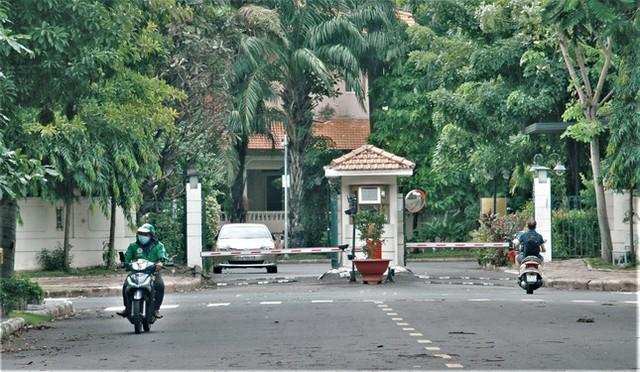 Hình ảnh độc đáo về người nước ngoài giãn cách xã hội ở Việt Nam - Ảnh 1.
