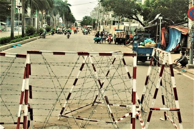 Cận cảnh chợ đầu mối lớn nhất Việt Nam trong những ngày phong tỏa chống COVID-19 - Ảnh 2.