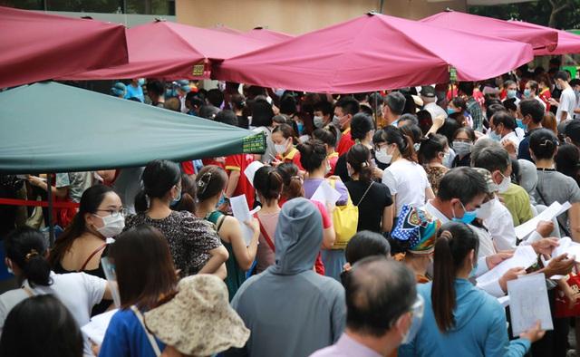 Bí thư Hà Nội gọi điện chỉ đạo khẩn vụ tập trung đông người tiêm vắc-xin ở Bệnh viện E  - Ảnh 1.