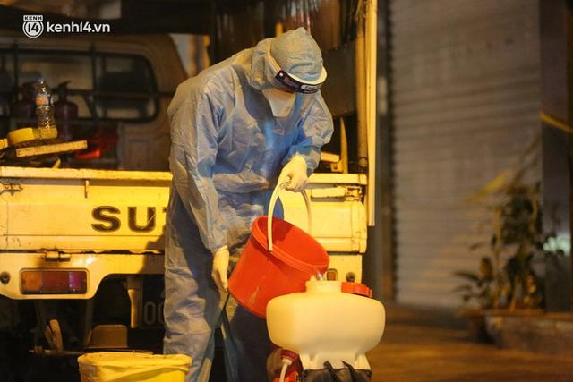 Hà Nội: Phong toả, lấy mẫu xét nghiệm xuyên đêm cho người dân sau 2 ca dương tính SARS-CoV-2 mới tại Tây Hồ - Ảnh 11.
