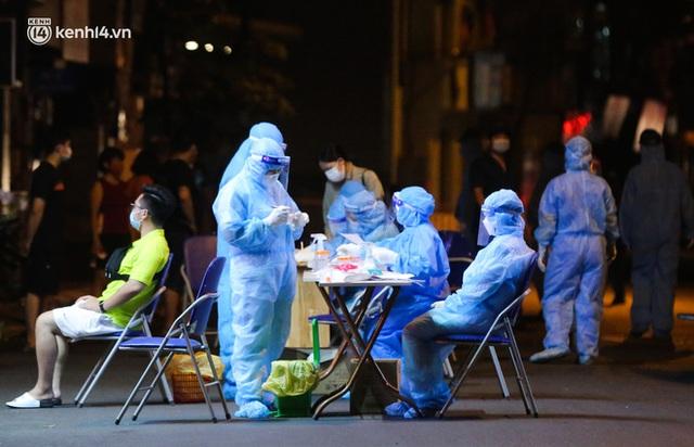 Hà Nội: Phong toả, lấy mẫu xét nghiệm xuyên đêm cho người dân sau 2 ca dương tính SARS-CoV-2 mới tại Tây Hồ - Ảnh 13.