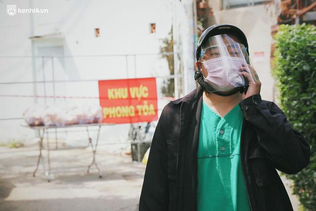 Mẹ khiếm thị, con trai nấu cơm rồi đi khắp Sài Gòn để tặng người khuyết tật: Mẹ có anh đi còn té ngã, cô chú ngoài kia chẳng biết sống sao - Ảnh 13.