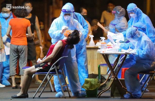 Hà Nội: Phong toả, lấy mẫu xét nghiệm xuyên đêm cho người dân sau 2 ca dương tính SARS-CoV-2 mới tại Tây Hồ - Ảnh 14.