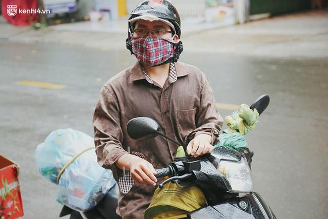 Mẹ khiếm thị, con trai nấu cơm rồi đi khắp Sài Gòn để tặng người khuyết tật: Mẹ có anh đi còn té ngã, cô chú ngoài kia chẳng biết sống sao - Ảnh 17.