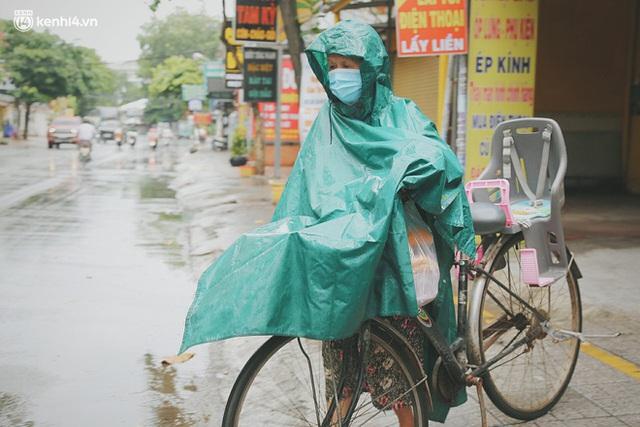 Mẹ khiếm thị, con trai nấu cơm rồi đi khắp Sài Gòn để tặng người khuyết tật: Mẹ có anh đi còn té ngã, cô chú ngoài kia chẳng biết sống sao - Ảnh 18.