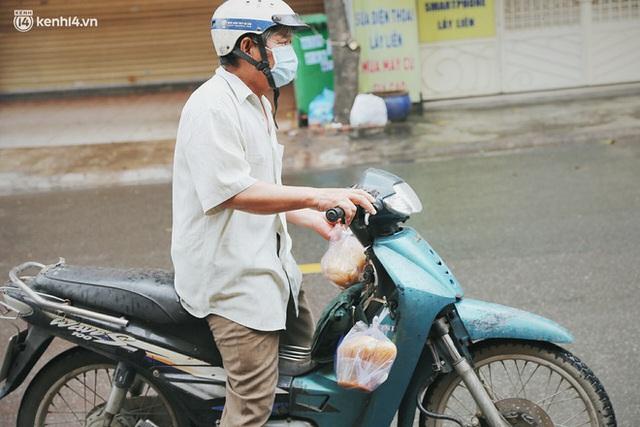 Mẹ khiếm thị, con trai nấu cơm rồi đi khắp Sài Gòn để tặng người khuyết tật: Mẹ có anh đi còn té ngã, cô chú ngoài kia chẳng biết sống sao - Ảnh 19.