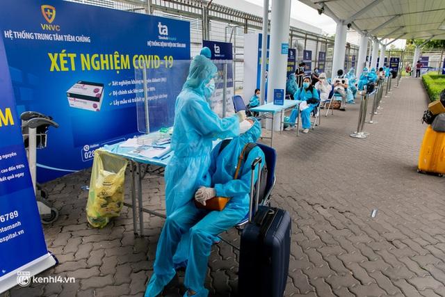 Ảnh: Hơn 600 người dân Đà Nẵng bị mắc kẹt tại TP.HCM được trở về quê hương trên chuyến bay 0 đồng - Ảnh 3.