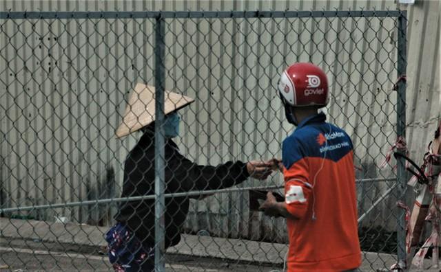 Cận cảnh chợ đầu mối lớn nhất Việt Nam trong những ngày phong tỏa chống COVID-19 - Ảnh 4.