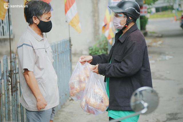 Mẹ khiếm thị, con trai nấu cơm rồi đi khắp Sài Gòn để tặng người khuyết tật: Mẹ có anh đi còn té ngã, cô chú ngoài kia chẳng biết sống sao - Ảnh 6.