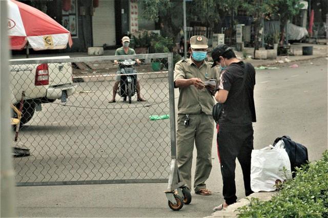 Cận cảnh chợ đầu mối lớn nhất Việt Nam trong những ngày phong tỏa chống COVID-19 - Ảnh 5.