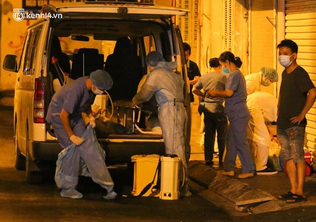 Hà Nội: Phong toả, lấy mẫu xét nghiệm xuyên đêm cho người dân sau 2 ca dương tính SARS-CoV-2 mới tại Tây Hồ - Ảnh 7.