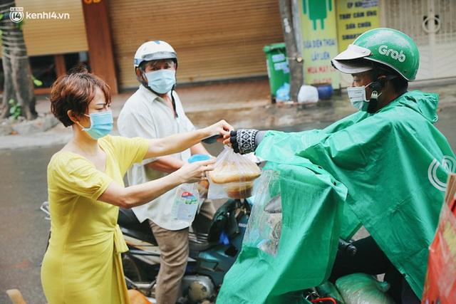 Mẹ khiếm thị, con trai nấu cơm rồi đi khắp Sài Gòn để tặng người khuyết tật: Mẹ có anh đi còn té ngã, cô chú ngoài kia chẳng biết sống sao - Ảnh 7.