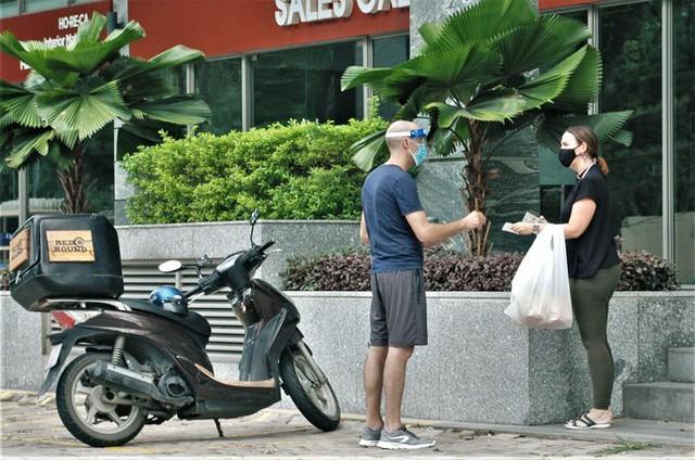 Hình ảnh độc đáo về người nước ngoài giãn cách xã hội ở Việt Nam - Ảnh 8.