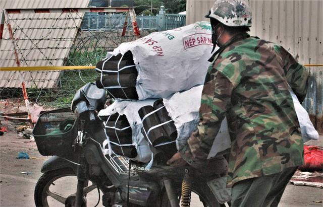 Cận cảnh chợ đầu mối lớn nhất Việt Nam trong những ngày phong tỏa chống COVID-19 - Ảnh 7.