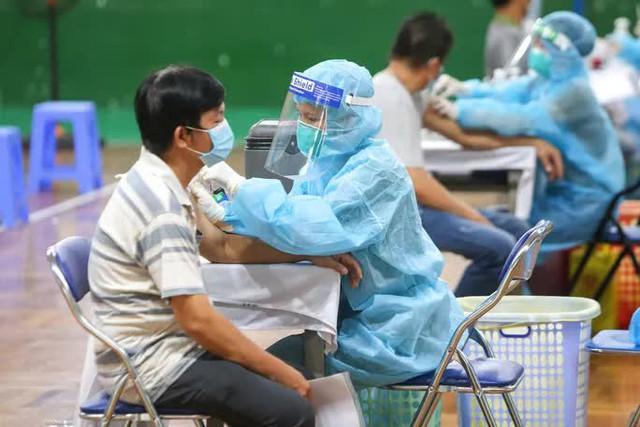 Ngày đầu triển khai tiêm đại trà hơn 930.000 liều vắc-xin ngừa Covid-19 tại TP HCM  - Ảnh 8.