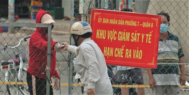 Cận cảnh chợ đầu mối lớn nhất Việt Nam trong những ngày phong tỏa chống COVID-19 - Ảnh 8.