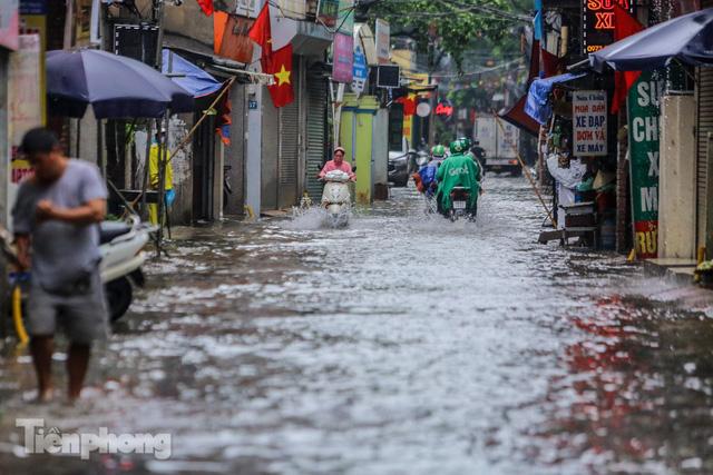 Nước tràn vào nhà, phố biến thành sông sau mưa lớn ở Hà Nội - Ảnh 1.