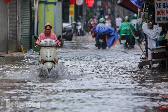 Nước tràn vào nhà, phố biến thành sông sau mưa lớn ở Hà Nội - Ảnh 2.