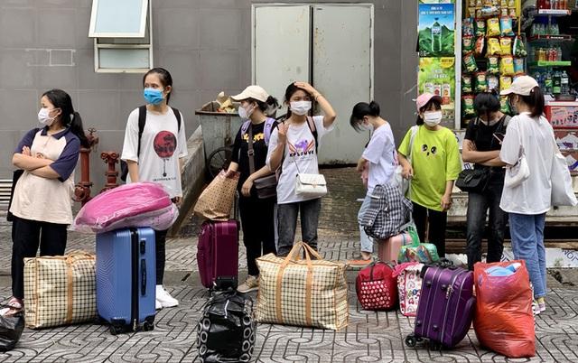 CLIP: Hàng trăm sinh viên đội mưa chuyển đồ, nhường chỗ làm khu cách ly  - Ảnh 3.