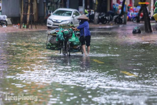 Nước tràn vào nhà, phố biến thành sông sau mưa lớn ở Hà Nội - Ảnh 11.