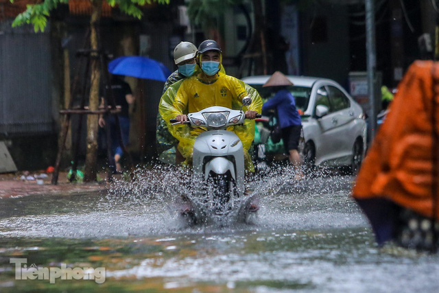 Nước tràn vào nhà, phố biến thành sông sau mưa lớn ở Hà Nội - Ảnh 12.