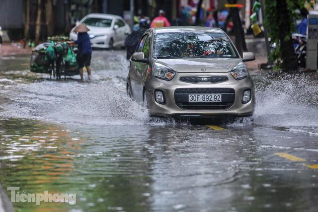 Nước tràn vào nhà, phố biến thành sông sau mưa lớn ở Hà Nội - Ảnh 13.