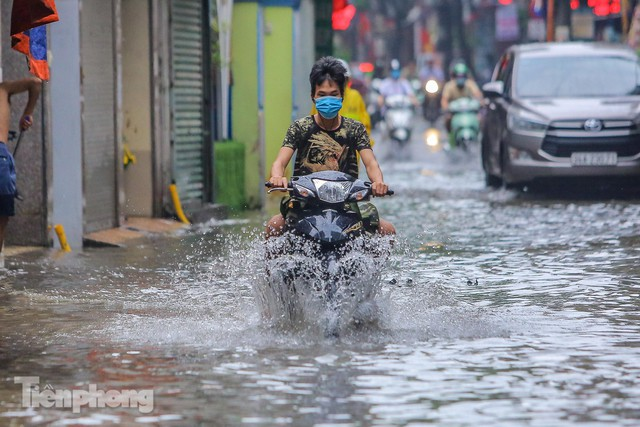 Nước tràn vào nhà, phố biến thành sông sau mưa lớn ở Hà Nội - Ảnh 3.