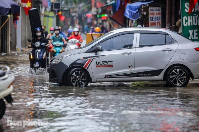 Nước tràn vào nhà, phố biến thành sông sau mưa lớn ở Hà Nội - Ảnh 4.