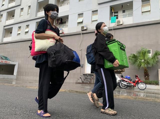 CLIP: Hàng trăm sinh viên đội mưa chuyển đồ, nhường chỗ làm khu cách ly  - Ảnh 5.