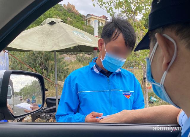 Tài xế của ngân hàng bị yêu cầu quay xe ở chốt kiểm soát dịch Ninh Thuận vì tiền không phải hàng hóa thiết yếu - Ảnh 3.