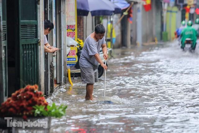 Nước tràn vào nhà, phố biến thành sông sau mưa lớn ở Hà Nội - Ảnh 5.