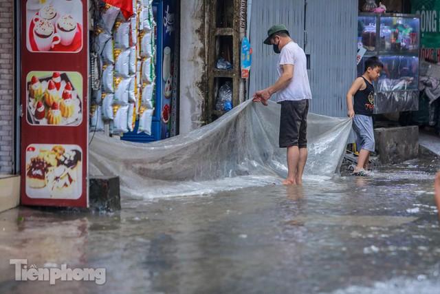 Nước tràn vào nhà, phố biến thành sông sau mưa lớn ở Hà Nội - Ảnh 6.