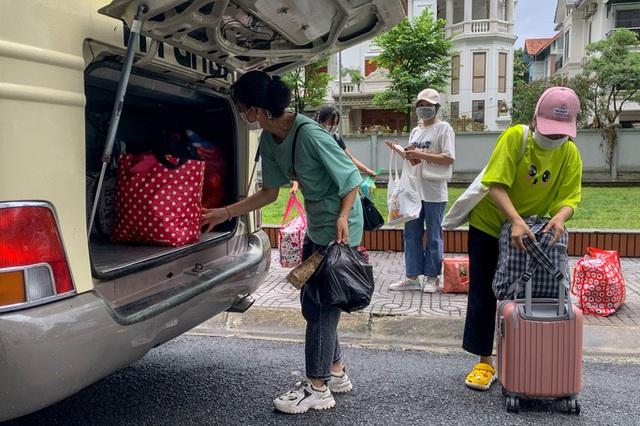 CLIP: Hàng trăm sinh viên đội mưa chuyển đồ, nhường chỗ làm khu cách ly  - Ảnh 7.
