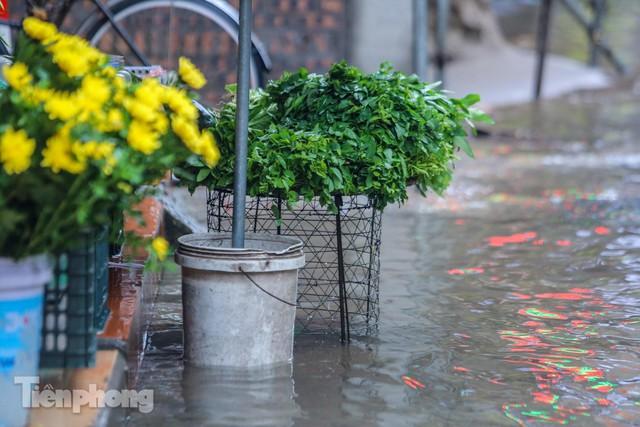 Nước tràn vào nhà, phố biến thành sông sau mưa lớn ở Hà Nội - Ảnh 7.