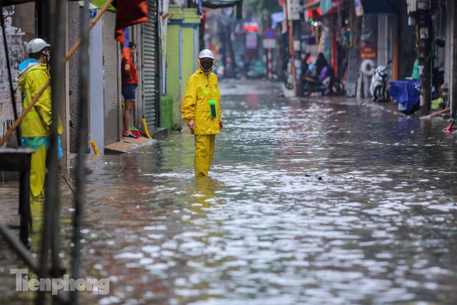 Nước tràn vào nhà, phố biến thành sông sau mưa lớn ở Hà Nội - Ảnh 8.