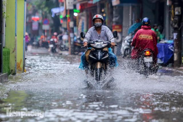 Nước tràn vào nhà, phố biến thành sông sau mưa lớn ở Hà Nội - Ảnh 9.