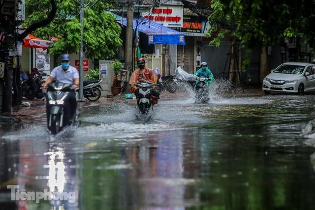 Nước tràn vào nhà, phố biến thành sông sau mưa lớn ở Hà Nội - Ảnh 10.