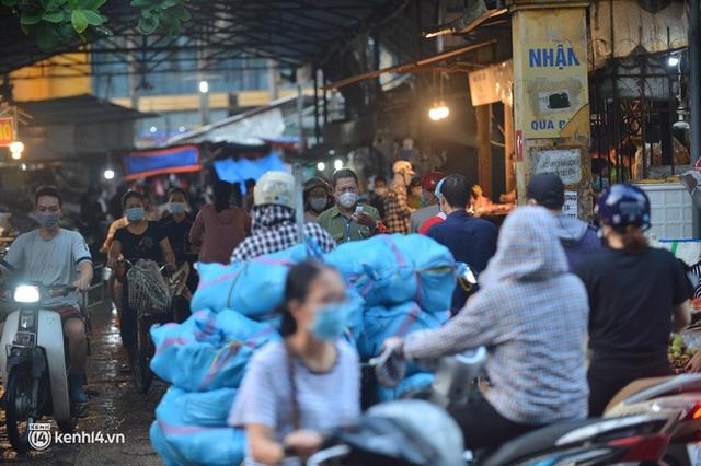 Ảnh: Từ sáng sớm, các khu chợ ở Hà Nội đã đông nghẹt người mua hàng - Ảnh 1.
