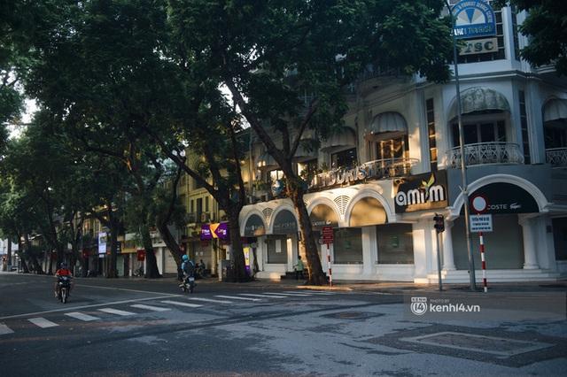 Hà Nội ngày đầu thực hiện giãn cách xã hội theo Chỉ thị 16: Đường phố vắng lặng, hàng quán đóng kín cửa im lìm - Ảnh 1.