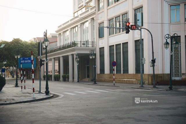 Hà Nội ngày đầu thực hiện giãn cách xã hội theo Chỉ thị 16: Đường phố vắng lặng, hàng quán đóng kín cửa im lìm - Ảnh 2.
