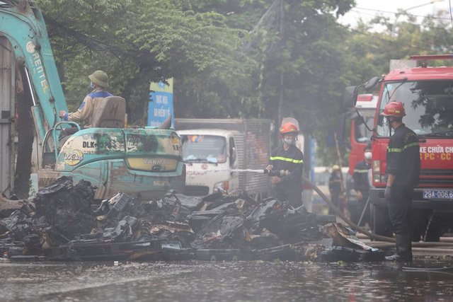 Hà Nội: Cháy lớn ở xưởng nhựa, người dân khẩn cấp giải cứu 6 ô tô - Ảnh 1.