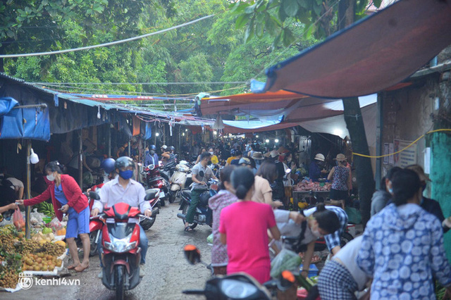 Ảnh: Từ sáng sớm, các khu chợ ở Hà Nội đã đông nghẹt người mua hàng - Ảnh 10.