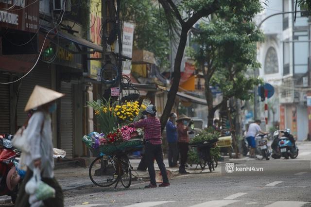 Hà Nội ngày đầu thực hiện giãn cách xã hội theo Chỉ thị 16: Đường phố vắng lặng, hàng quán đóng kín cửa im lìm - Ảnh 14.