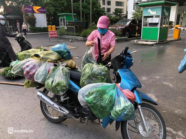 Ảnh: Từ sáng sớm, các khu chợ ở Hà Nội đã đông nghẹt người mua hàng - Ảnh 15.