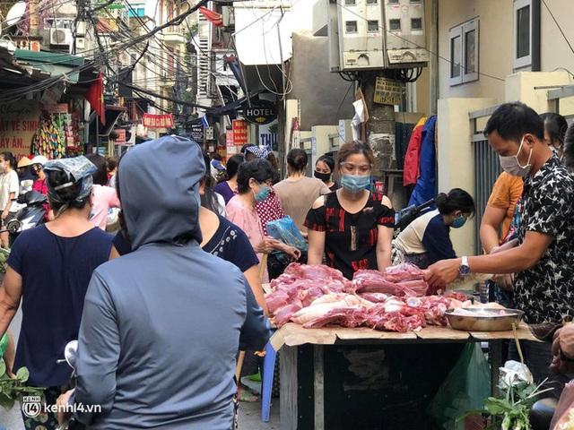 Ảnh: Từ sáng sớm, các khu chợ ở Hà Nội đã đông nghẹt người mua hàng - Ảnh 16.