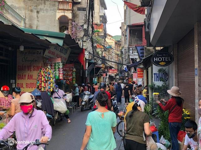 Ảnh: Từ sáng sớm, các khu chợ ở Hà Nội đã đông nghẹt người mua hàng - Ảnh 17.